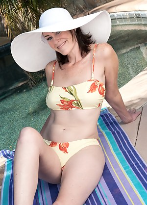 MILF Pool XXX Pictures