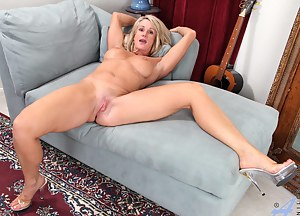Busty milf deep drills her pussy with her favorite vibrator