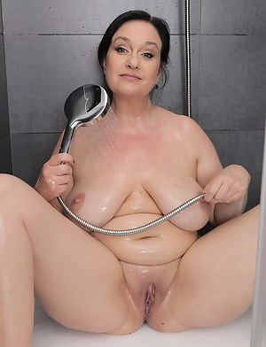 Wet MILF Pussy XXX Pictures