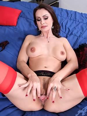 MILF Spreading XXX Pictures