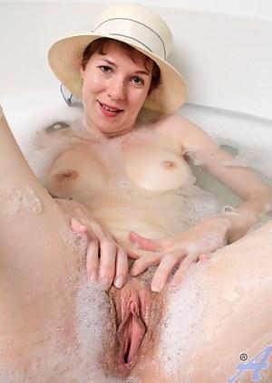 MILF Wet Pussy XXX Pictures